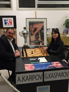 Gwendoline Caron jouant contre le président de son club Diego Salazar sur la table du championnat du monde de 1990.